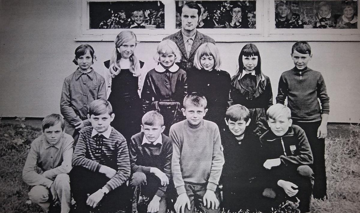 Zdjęcie uczniów klasy piątej z wychowawcą Rafałem Rawą. Autor zdjęcia nieznany.